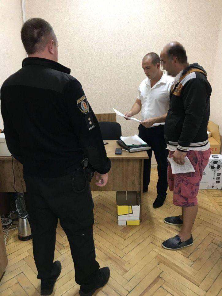Працівники УДМС Хмельниччини виявили незаконне працевлаштування іноземця, паспортний документ якого містить ознаки підробки